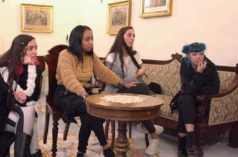 Le protagoniste di Ti Spedisco in Convento sfilano, mentre le suore guardano