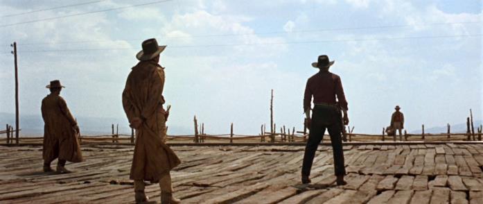 Armonica si prepara ad un duello nell'incipit del film