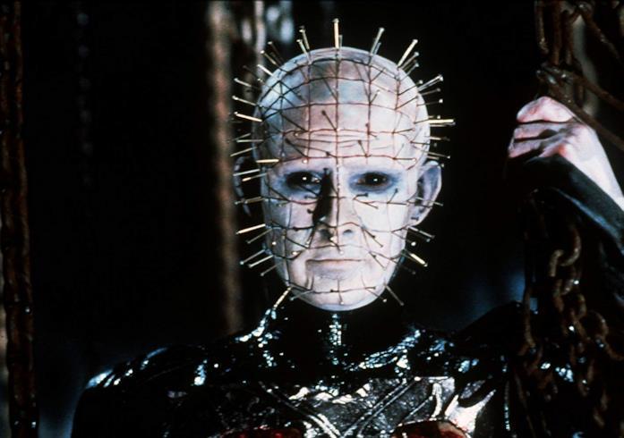 Un primo piano di Doug Bradley nei panni di Pinhead nel film Hellraiser