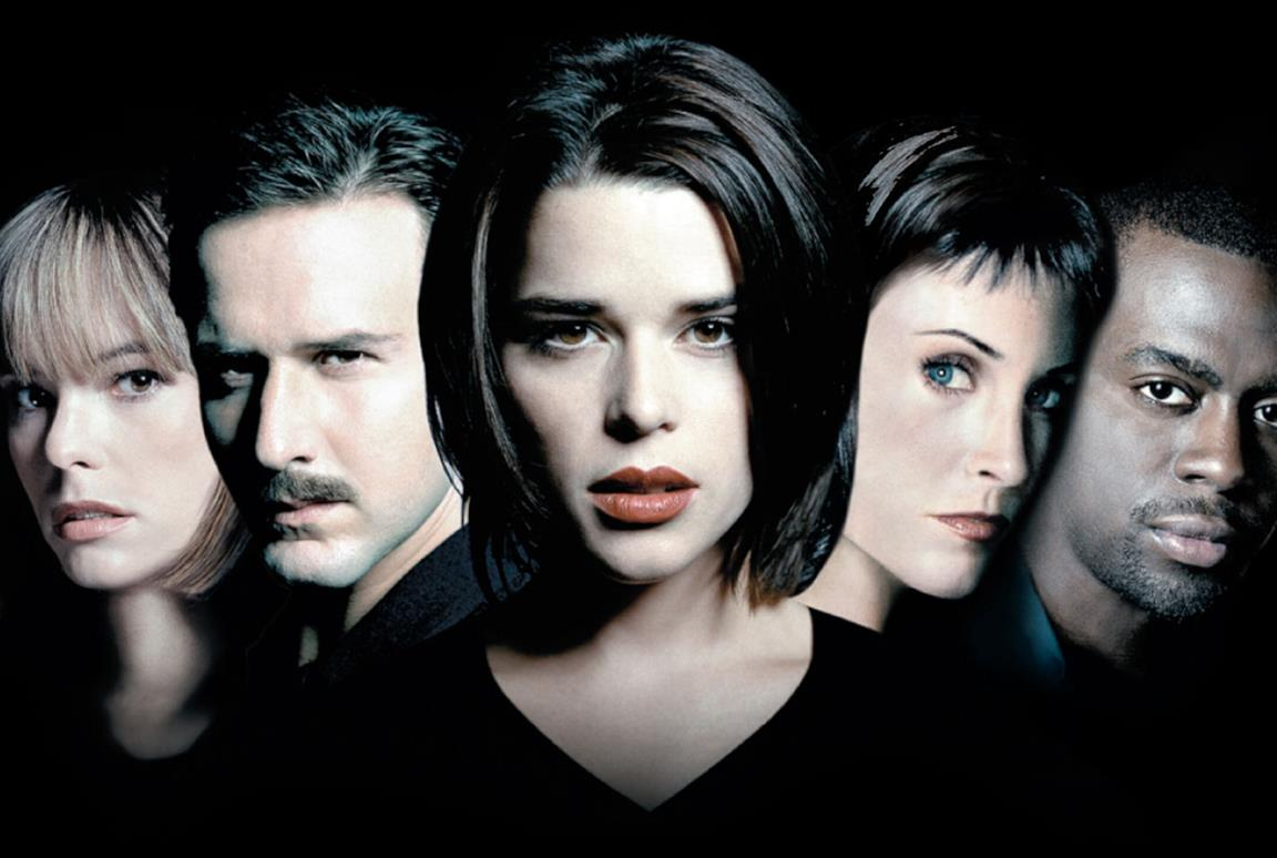 Neve Campbell al centro e gli altri protagonisti della saga di Scream vicino a lei