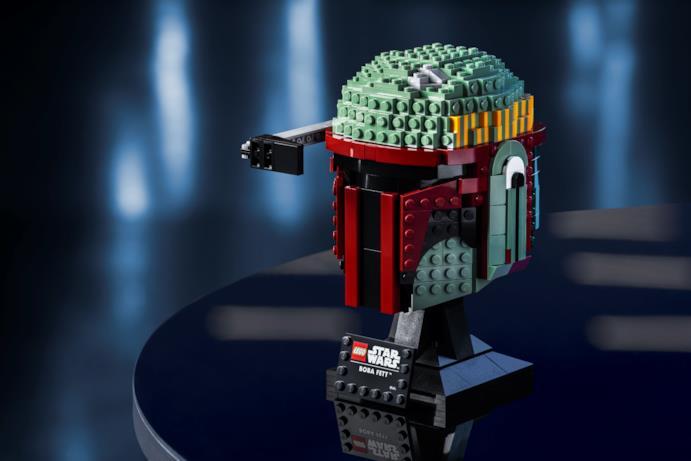 Il casco LEGO di Boba Fett con la targgetta da esposizione