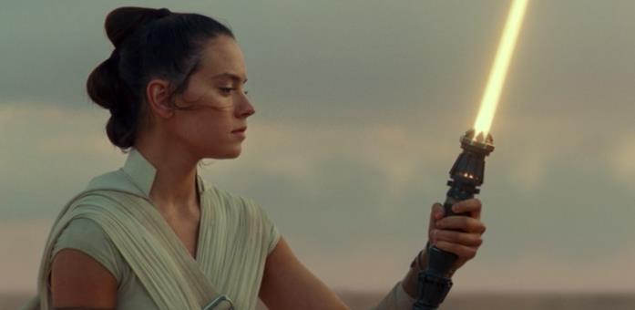 Rey ha in mano la spada laser gialla