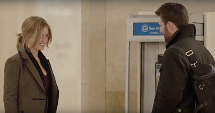 Nick e Brooke al telefono pubblico