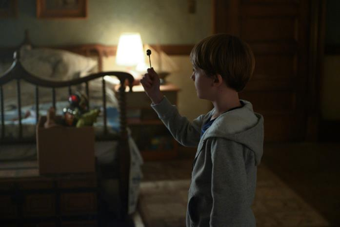 Il piccolo di casa Locke osserva la chiave apritesta