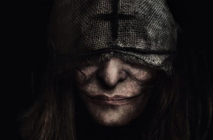 Un personaggio di Marianne con una benda che le copre parte del viso