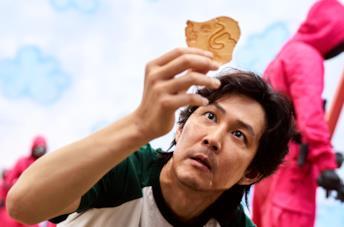 Lee Jung-jae nel ruolo di Seong Gi-hun in una scena di Squid Game