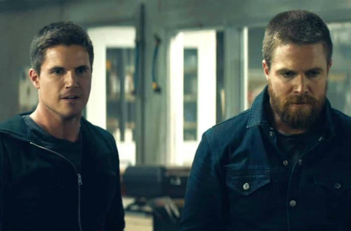 Robbie e Stephen Amell in Code 8
