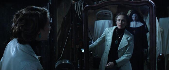 Valak riflesso nello specchio osservato da Lorraine in una scena di The Conjuring 2
