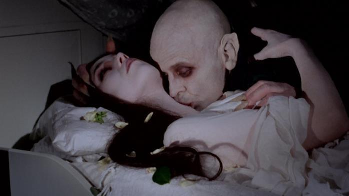 Un'immagine che ritrae Dracula intento a nutrirsi della sua preda