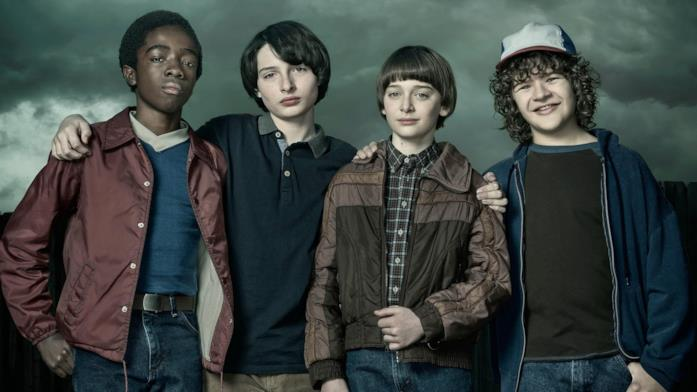 Lucas, Mike, Will e Dustin in posa in un'immagine promozionale di Stranger Things