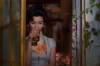 Maggie Cheung beve un bicchiere d'acqua