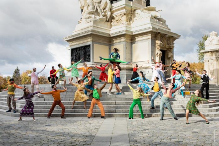 Una scena di ballo collettiva dal film