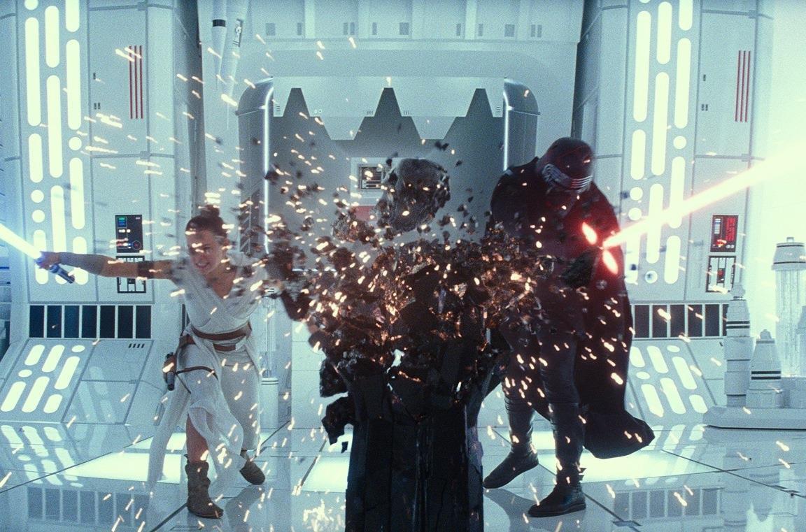 Daisy Ridley e Adam Driver in una scena del film Star Wars: L'ascesa di Skywalker