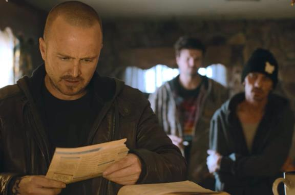 Jesse con un foglio in mano, con dietro Badger e Skinny Pete