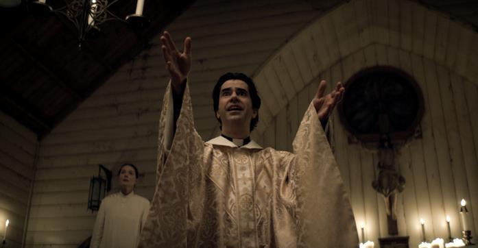 Padre Paul canta messa