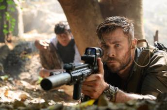 Chris Hemsworth e Rudhraksh Jaiswal in una scena di Tyler Rake