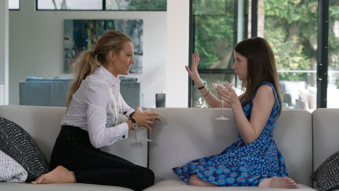 Stephanie ed Emily sorseggiano Martini sul divano