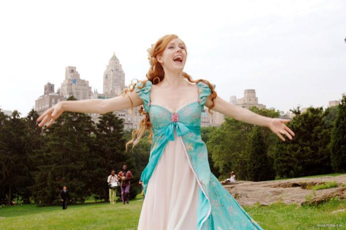 Un'immagine in piano americano che ritrae Giselle, protagonista di Come d'incanto