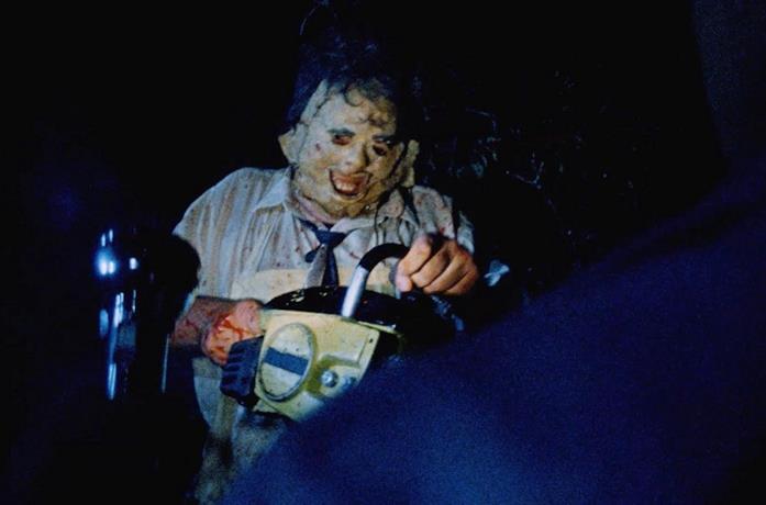 Gunnar Hansen in una scena del film Non aprite quella porta del 1974