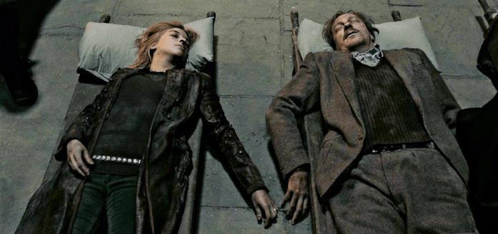 Tonks e Lupin giacciono morti, su due barelle, tenendosi quasi per mano