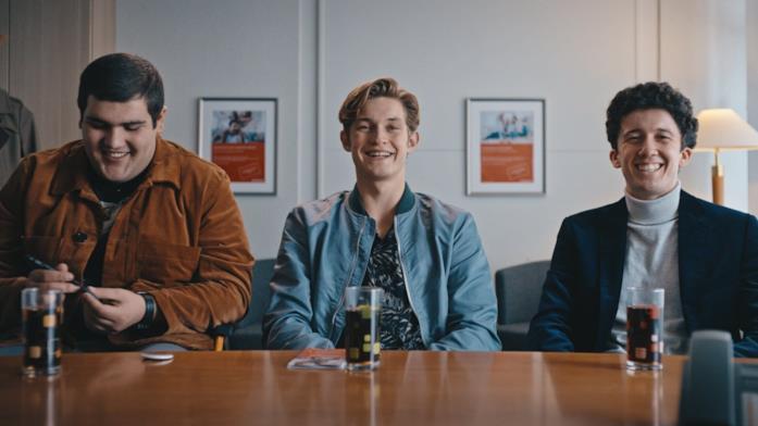 """I tre """"colleghi"""" cercano di ottenere un conto bancario per trasferire il denaro"""