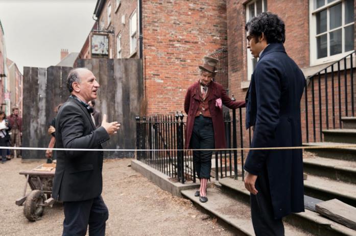 Iannucci spiega una scena a Patel e Capaldi