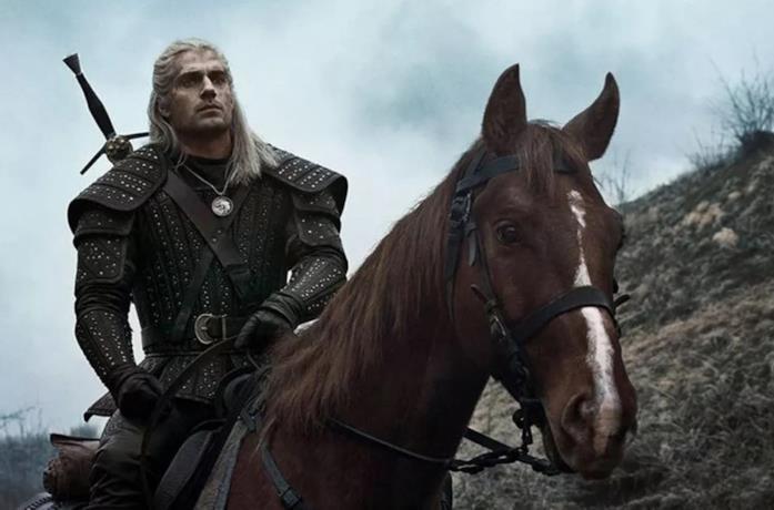 Geralt sul suo cavallo in un'immagine della serie