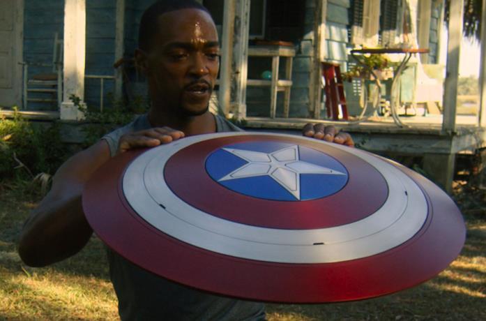 Un'immagine di Sam Wilson con lo scudo di Cap