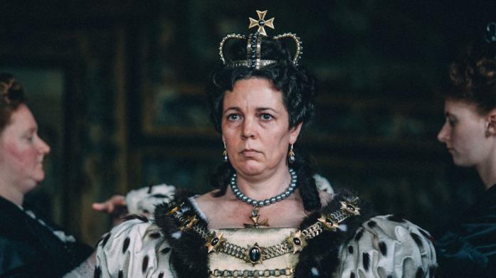 La regina Anna con il vestito cerimoniale prima di un annuncio politico