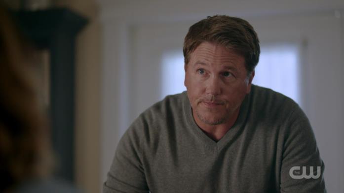 Il padre di Betty, Hal, in una scena di Riverdale