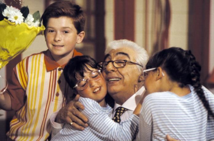 Federico Rizzo, Gino Bramieri, Eva e Morena Prantera in una scena di Nonno Felice