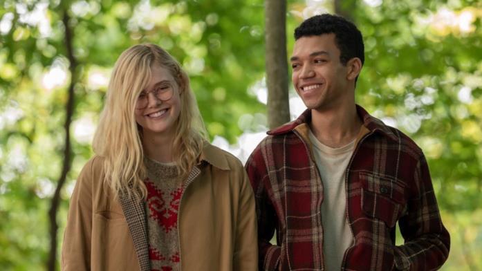 Violet e Theo sorridono in una scena di Raccontami di un giorno perfetto
