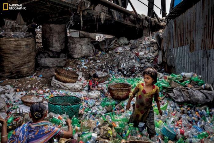 Nello scatto di Randy Olson una famiglia in  Bangladesh è impegnata a rimuove le etichette dalle bottiglie di plastica