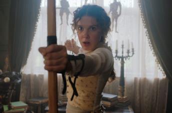 Enola Holmes con arco e frecce