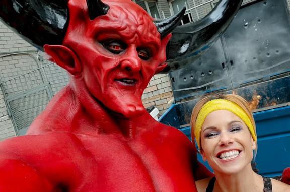 Satana e il 2020 in un appuntamento insieme nello spot di Ryan Reynolds Mathc Made in Hell