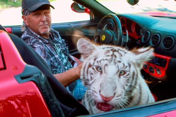 Jeff Lowe con una tigre in una scena della serie Tiger King