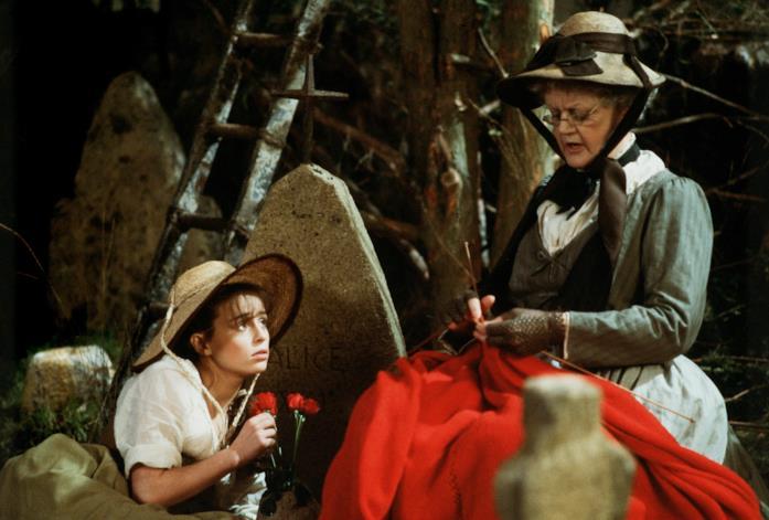 In compagnia dei lupi: Angela Lansbury è la nonna della protagonista