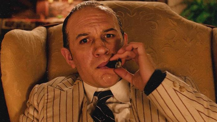 Capone fuma un sigaro seduto sulla propria poltrona