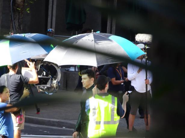 Anson Mount coperto da un ombrello sul set di Inhumans