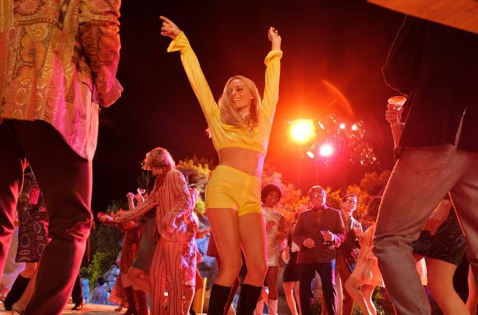 Margot Robbie in una scena del film C'era una volta a... Hollywood