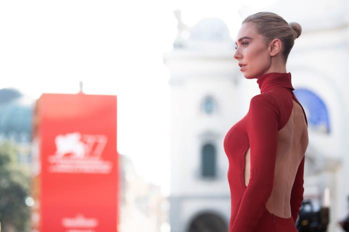 Vanessa Kirby sul tappeto rosso di Venezia