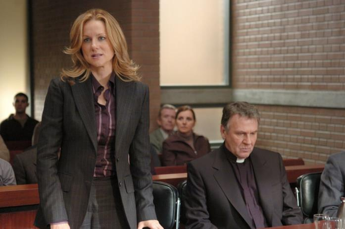 Erin Bruner e Padre Richard Moore) in tribunale