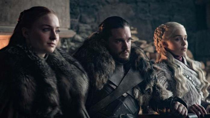 Sophie Turner, Kit Harington ed Emilia Clarke in scena in Game of Thrones 8x01