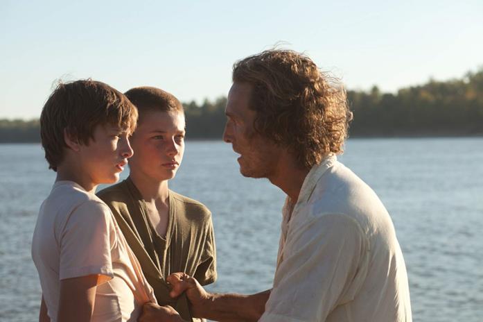 Matthew McConaughey in una scena del film Mud