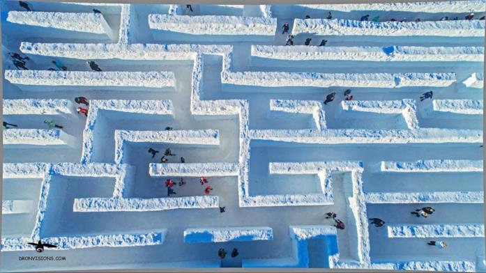 Foto dall'alto del labirinto di neve a Snowlandia Winter Amusement Park, Polonia