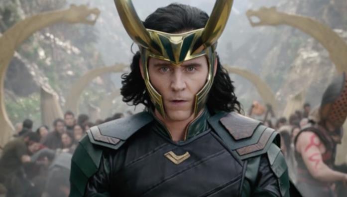Un primo piano di Tom Hiddleston nei panni di Loki in Thor: Ragnarok