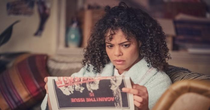 Lydia West legge il giornale