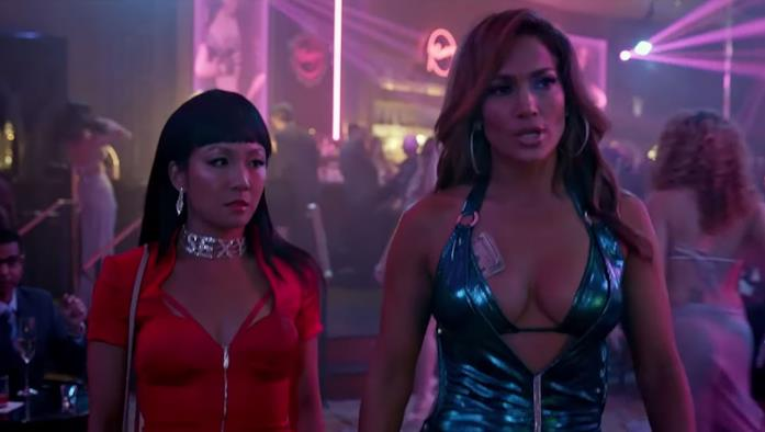 Una scena del film Hustlers con Constance Wu e Jennifer Lopez