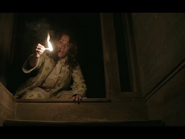 La signora Perron con un fiammifero in mano in un'inquietante scena di The Conjuring