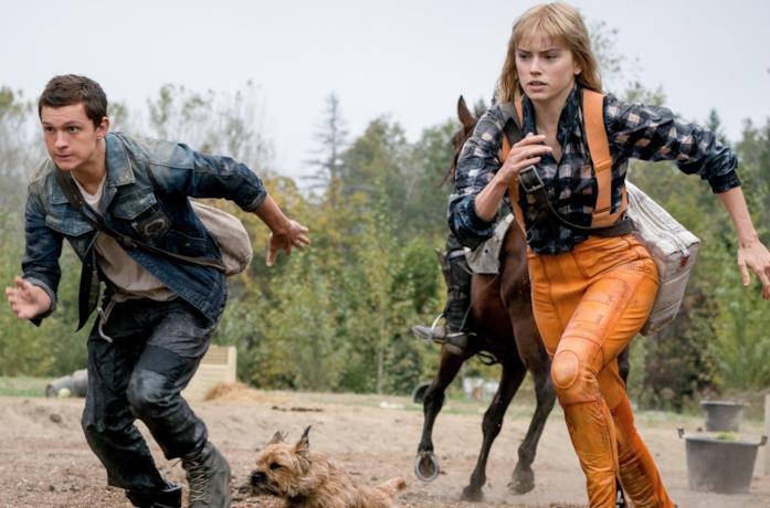 Tom Holland e Daisy Ridley che corrono con un cane